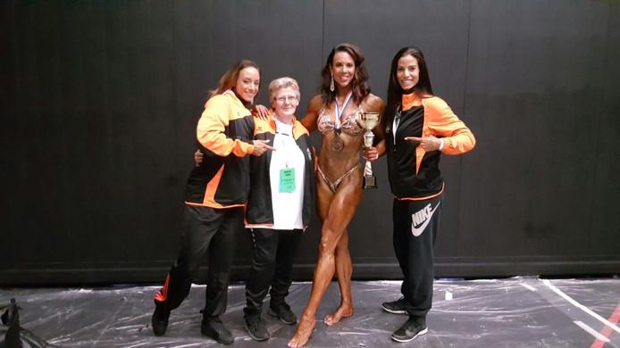 Het Nederlandse team, van links naar rechts: Ramona Curial, Sibil Peters die helpt, Maria Wattel uit Gapinge en Shirley van den Bos.