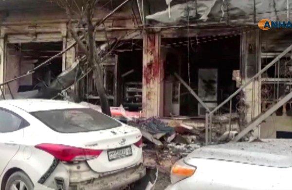 Amerikaanse militairen gedood bij aanslag in Syrische stad Manbij; straat vol bloed en puin