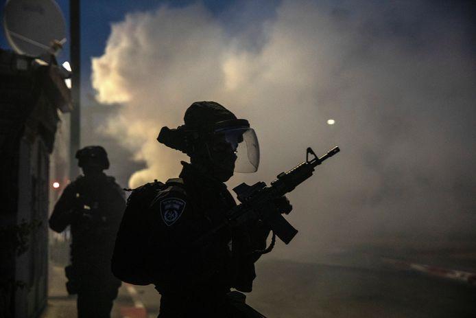 Heurts entre policiers israéliens et arabes israéliens à Lod, ce mardi.