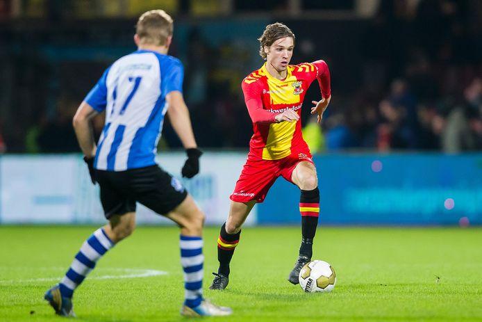 Orhan Dzepar in actie namens Go Ahead Eagles tegen FC Eindhoven.