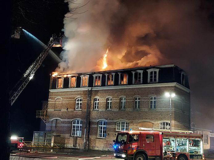 Het gebouw van KTA De Panne in de Sint-Elisabethlaan staat volledig in lichterlaaie.