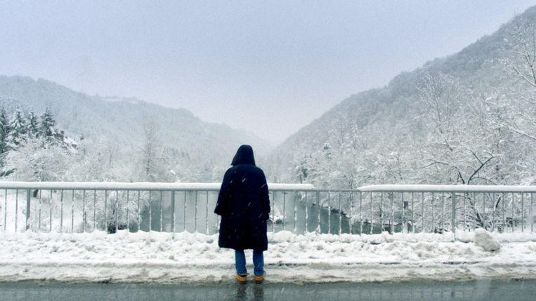 De tienervluchtelingen moeten vooral veel lopen. Over bergen, door dichtbegroeide bossen, door verkeerstunnels, door sneeuw.  Beeld