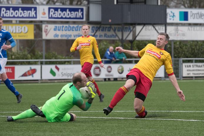Doelman Ruus Hesselink is eerder bij de bal dan Sven Dikkers.