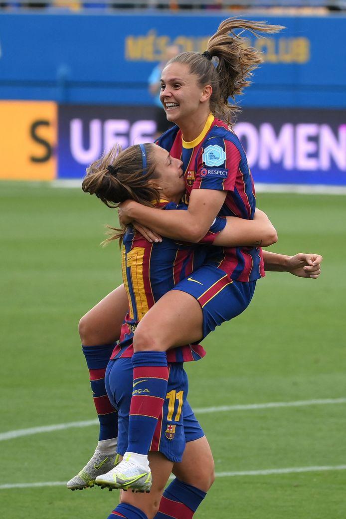 Alexia Putellas tilt Lieke Martens de lucht in na haar tweede goal.