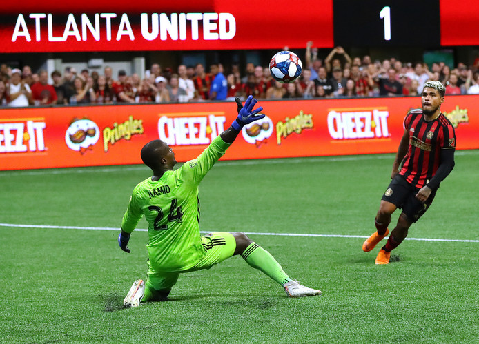 Atlanta United-spits Josef Martinez stift de bal over DC United-doelman Bill Hamid voor de 2-0.