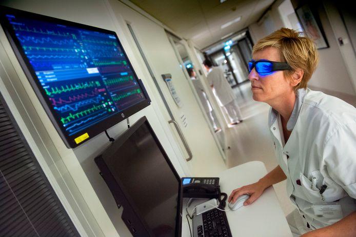 Op de intensive care liggen ernstig zieke patiënten. Om 's nachts alert te blijven zet Elly Hamelink soms de futuristische blauwe bril op.