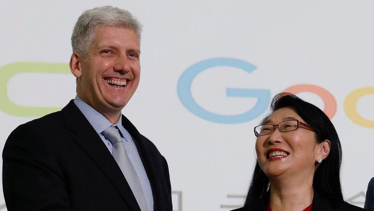 Google's hardware-baas Rick Osterloh schudt de hand met HTC-baas Cher Wang Beeld reuters