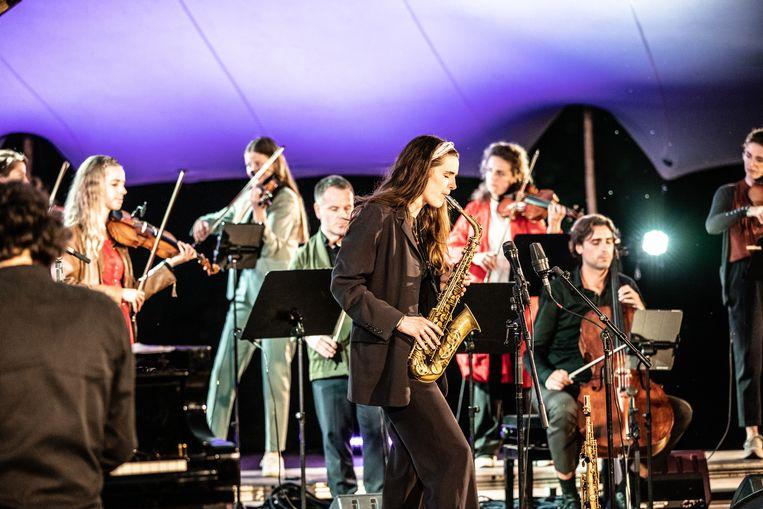 Saxofonist Kika Sprangers speelt met de strijkers van Pynarello op Wonderfeel. Beeld Melle Meivogel