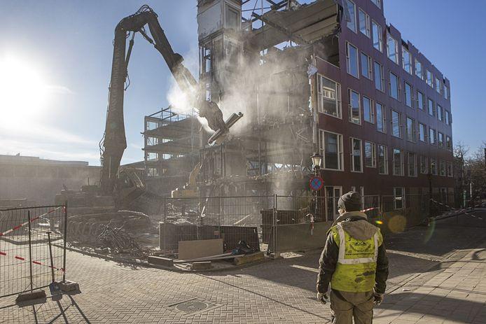 Sloopwerkzaamheden aan een bejaardenhuis in 2017 dat er nog maar acht jaar stond. In Amsterdam aan de Groenmarktkade.