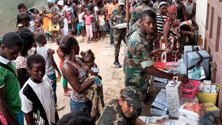 Inwoners van de hoofdstad Luanda staan in de rij voor een vaccinatie tegen gele koorts. Beeld epa