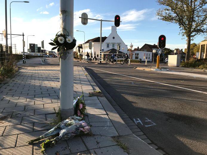 Op de plaats van het ongeluk zijn zondag bloemen gelegd.