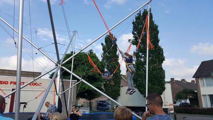 Met een goede sprong op de trampoline kun je de hele kermis overzien
