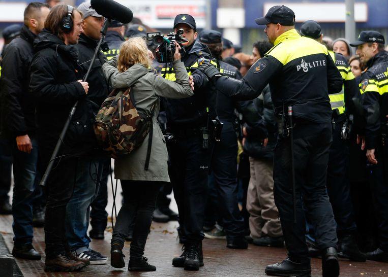 Documentairemaakster Sunny Bergman wordt tijdens de intocht van Sinterklaas in Gouda gearresteerd. Beeld anp