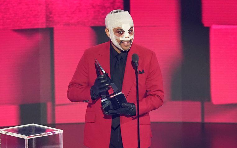 The Weeknd kreeg afgelopen zondag wel de prijs beste soul en r&b-album voor 'After Hours' op de American Music Awards. Hij verscheen met verband om te waarschuwen voor rijden onder invloed. Beeld Chris Pizzello/Invision/AP
