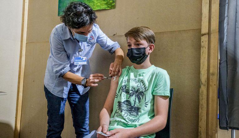 Victor Dewulf geeft geen kik als vaccinator Bianca hem in de arm prikt Beeld Henk Deleu