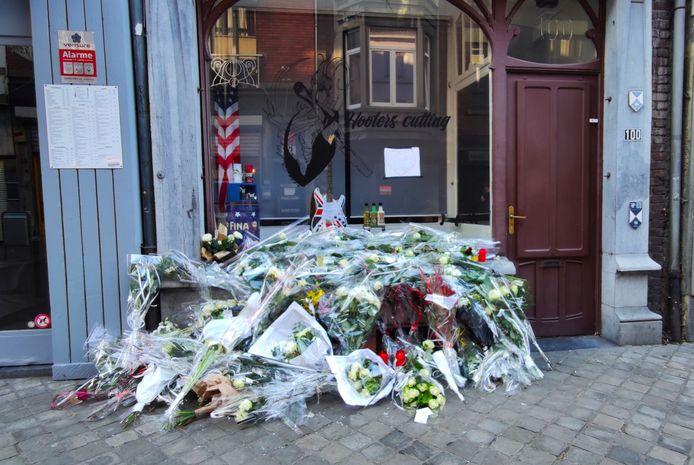De nombreuses personnes sont venues déposer des fleurs devant le salon d'Alysson.