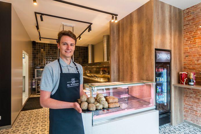 Kasper Stockman (23) opent woensdag de gloednieuwe frituur 'De Braaipan' op de Lierselei in Oostmalle. Noot: enkel voor deze foto poseerde de frituuruitbater even zonder mondmasker, in de nog niet geopende zaak