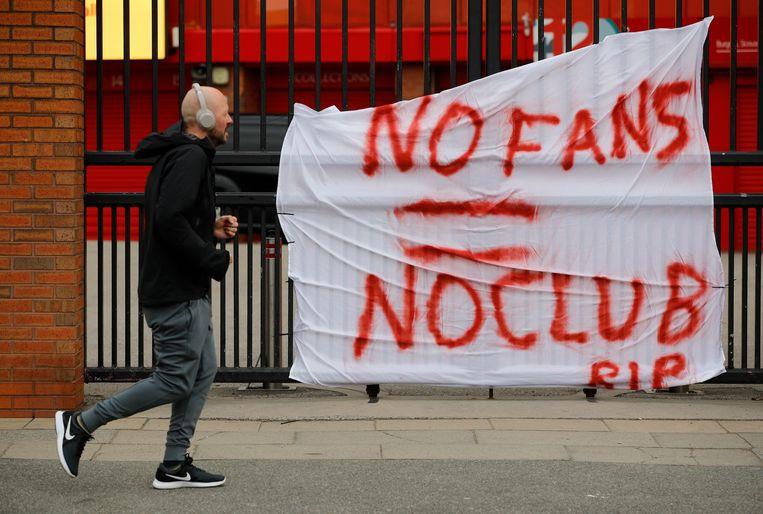 Spandoeken tegen de Super League hangen bij het stadion van Liverpool. Beeld REUTERS
