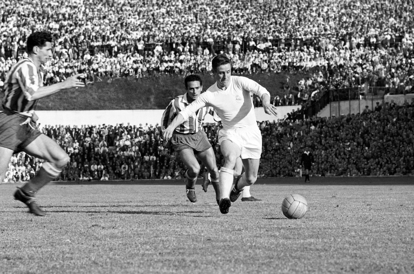 Raymond Kopa aan de bal als speler van Real Madrid in 195