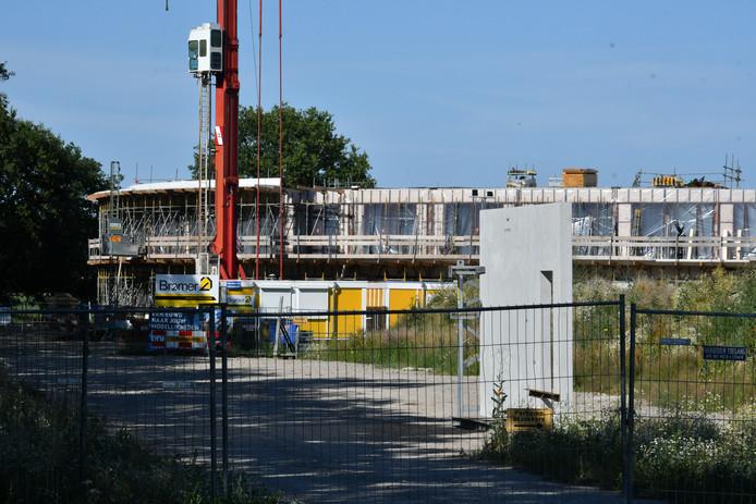 De bouw van het zorghotel ligt al weer een tijd stil.