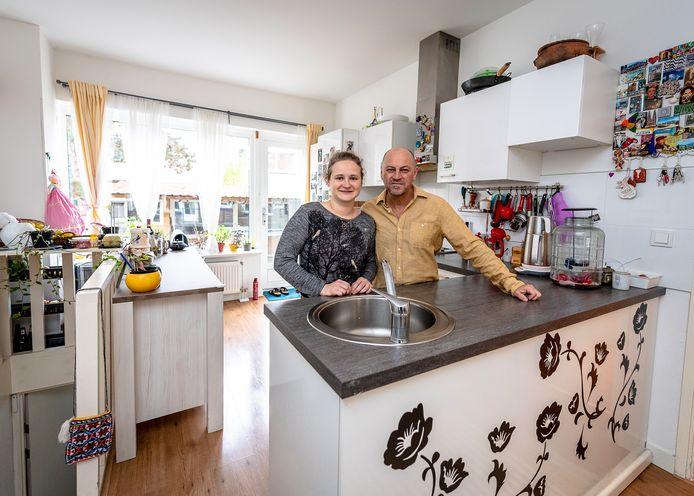 Philippe Lavoiphierre met zijn vrouw Nil Duru in hun woning aan de Fazantstraat die op de nominatie staat om te worden gesloopt. ,,Dit is ons paleisje.''