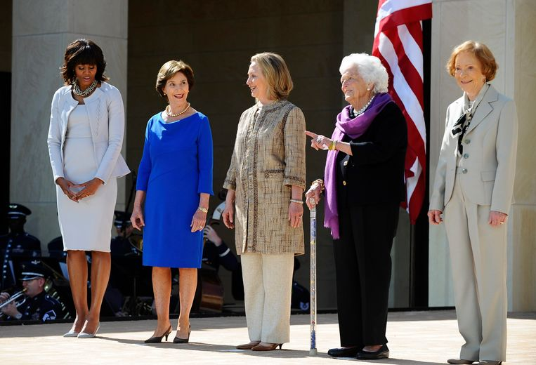 epa03676821 (L-R) US First ladies Michelle Obama, Laura Bush, Hillary Clinton, Barbara Bush and Rosalynn Carter at the ceremonial dedication of the George W. Bush Presidential Library on the campus of Southern Methodist University in Dallas, Texas, 25 April 2013. All the living former United States Presidents, Jimmy Carter, George H. W. Bush, George W. Bush, Bill Clinton, and current United States President Barack Obama attended the ceremony.  EPA/RALPH LAUER Beeld EPA