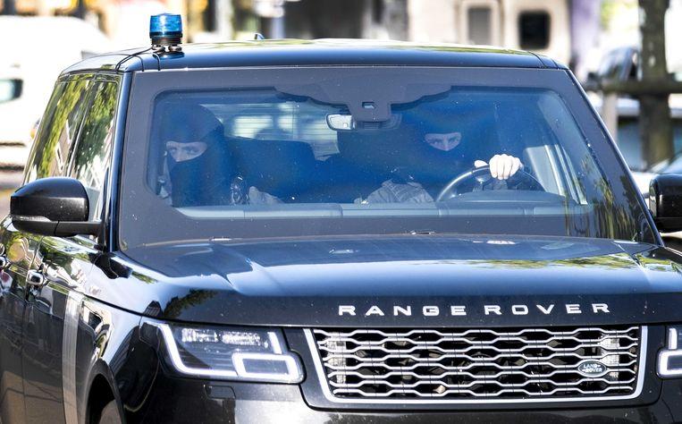 In een beveiligde auto arriveert bij de extra beveiligde gerechtsbunker in Amsterdam-Osdorp kroongetuige Tony de G. voor  het omvangrijke liquidatieproces rond leden van motorclub Caloh Wagoh, het zogeheten onderzoek Eris. Beeld ANP