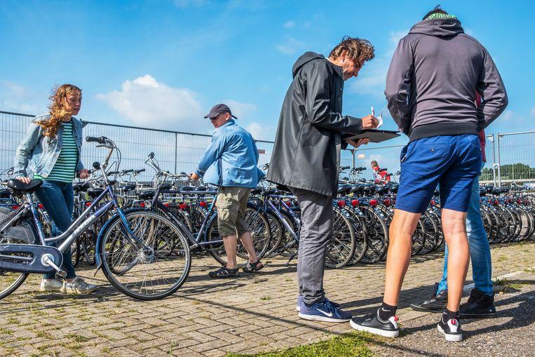 Het liep niet meteen storm bij de eerste P+F locatie, maar uiteindelijk werden alle fietsen verhuurd. Beeld Patrick Post