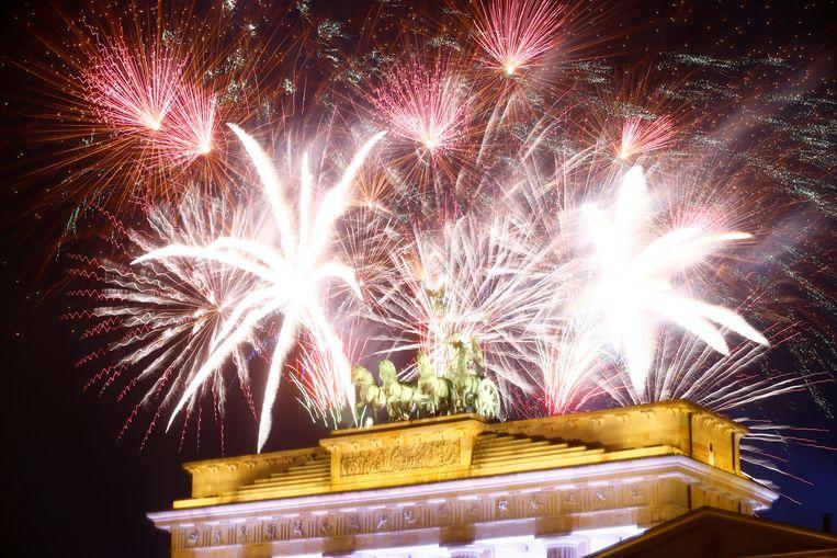 Vuurwerk aan de Brandenburger Tor. Beeld REUTERS