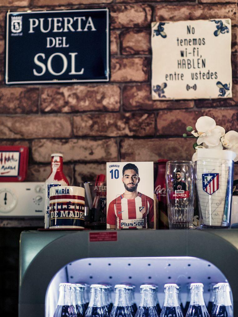 Yannick Fereirra Carrasco op de koelkast in het Spaanse café de Ster in Vilvoorde. Beeld Karoly Effenberger