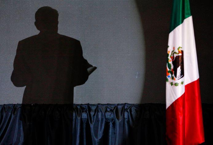 De schaduw van de  Andres Manuel Lopez Obrador in Mexico City, vlak nadat hij werd gekozen.