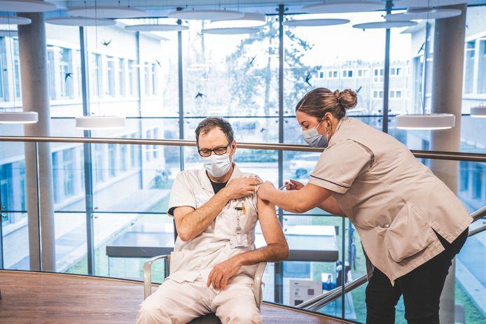 Dokter Pieter Depuydt is de eerste arts die gevaccineerd is.