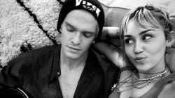 Miley Cyrus breekt met vriend Cody Simpson en lanceert nieuwe single