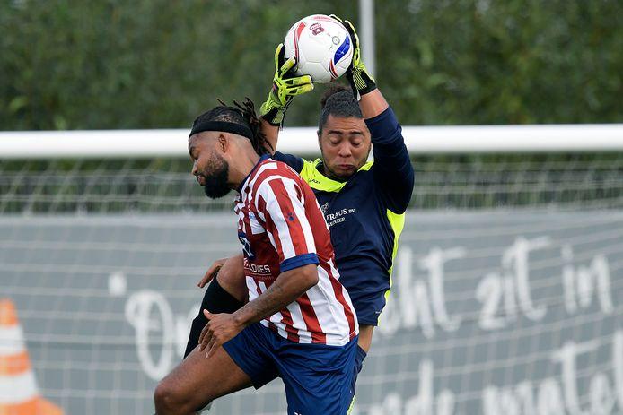 SC Emma-doelman Rayvano van de Merwe, ex-spits, plukt de bal weg boven het hoofd van GSC/ODS-aanvaller Regga Regales. FOTO RICHARD VAN HOEK