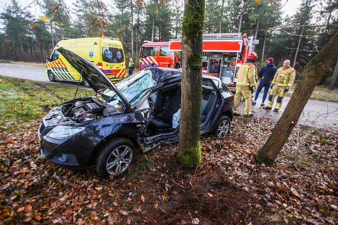 Man bekneld in auto bij ongeluk in Asten