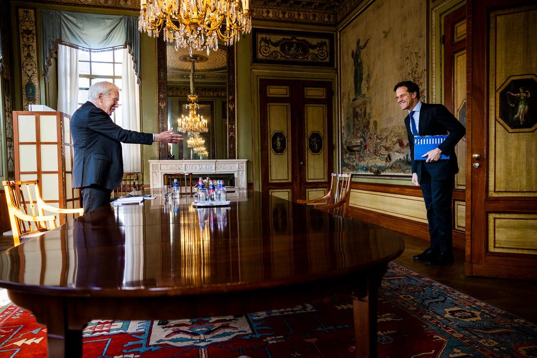 Informateur Herman Tjeenk Willink in gesprek met Mark Rutte. Beeld Jiri Büller