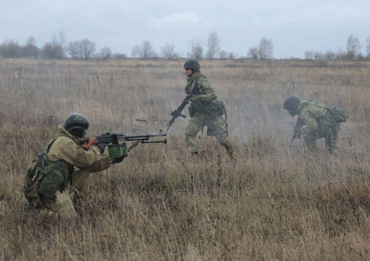 Instructeurs van de Amerikaanse special forces leiden soldaten in Oekraïne op. Beeld AP