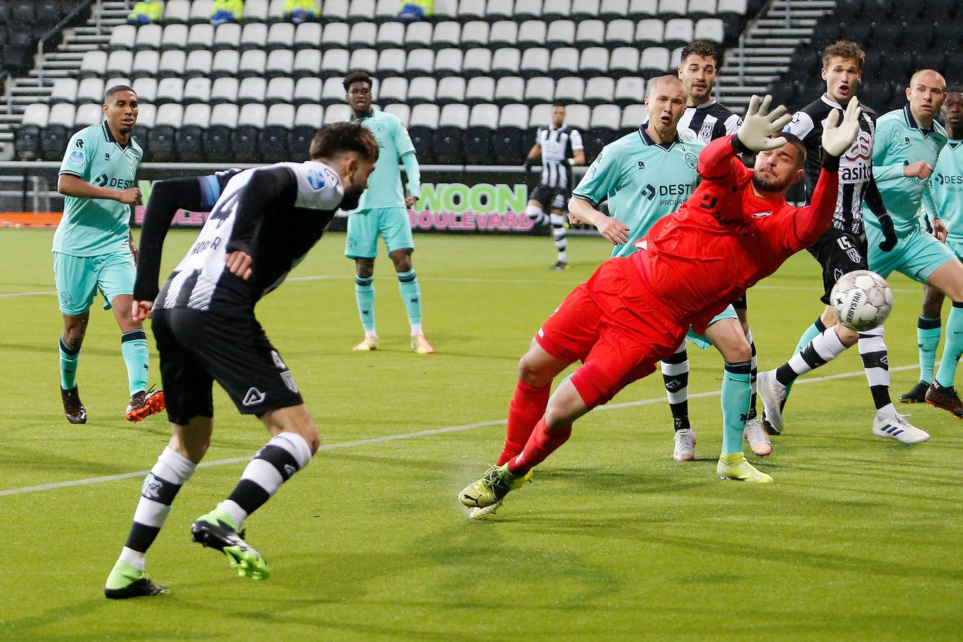 Robin Pröpper mag volledig ongehinderd de bal voorbij Willem II-keeper Arijanet Muric koppen in de eerste minuut na rust.