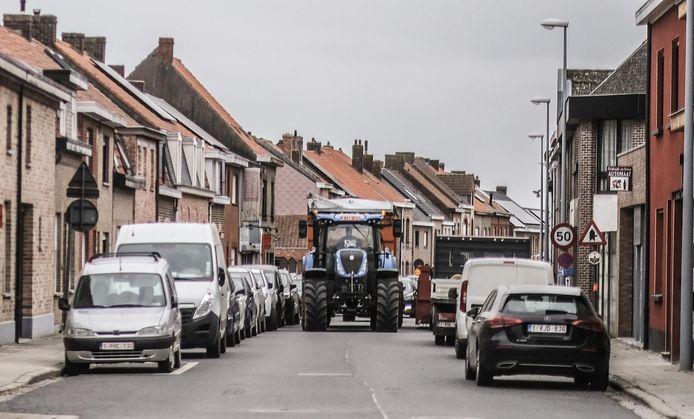 Vrachtwagens en landbouwvoertuigen zorgen al jaren voor overlast in de straat.