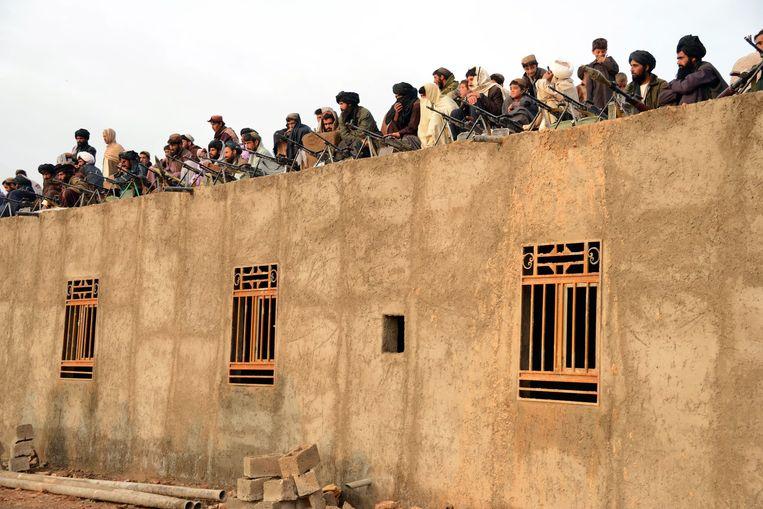 Taliban-strijders luisteren naar een toespraak van de nieuwe fractie-leider Mullah Mohammad Rasool Akhund. Beeld Reuters