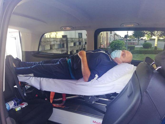 Bruno Buekens (45) tijdens de repatriëring uit Frankrijk, met een ziekenwagen.