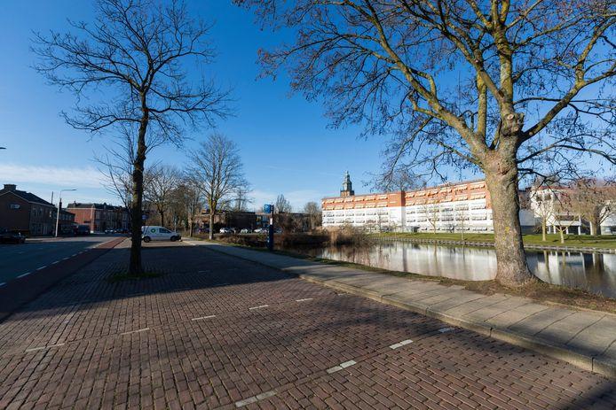 Leegstaande parkeerplaatsen en een wandelpad langs de weg. De gemeente Zutphen mikt op een metamorfose voor deze oever langs de Vispoortgracht. Het moet weer een aantrekkelijke route richting de binnenstad worden.