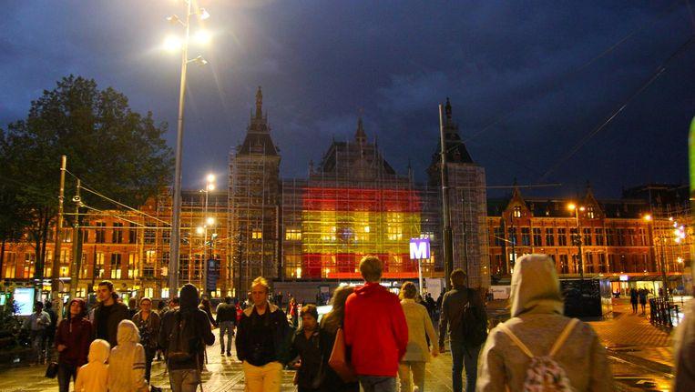 Op Amsterdam Centraal was na de aanslag de Spaanse vlag te zien. Beeld anp