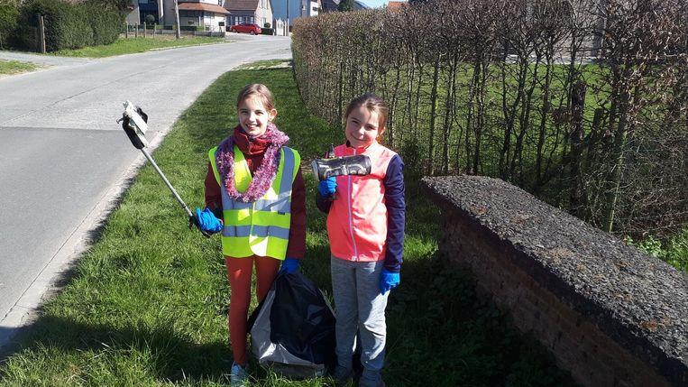Marie-Estelle (l) en Louise houden hun straat proper door één keer per week zwerfvuil te ruimen.