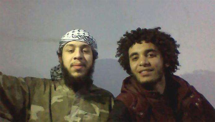Een Facebookfoto die lange tijd online stond op het profiel van Olivier Calebout: hijzelf en Abelmalek Boutalliss poseren samen in IS-hoofdstad Raqqa, in 2015. Boutalliss blies zichzelf datzelfde jaar op.