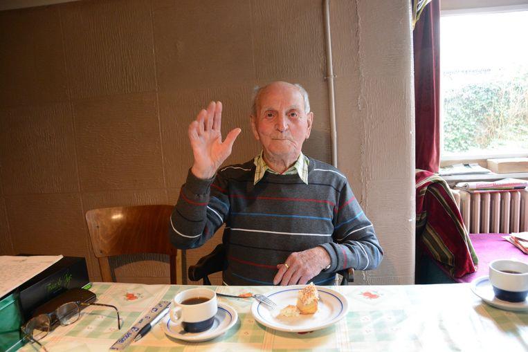 Aan de keukentafel geniet Meester Merckx alvast van een stukje verjaardagstaart.