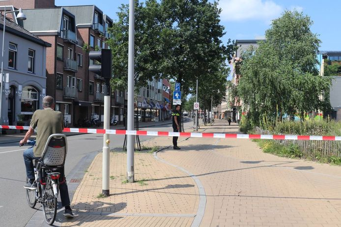 De Stationsstraat is deels afgesloten met rood-wit lint van de politie.