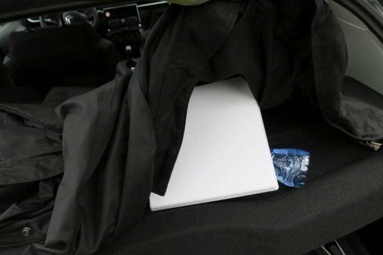 Hackapparatuur in de achterbak van de huurauto.  Beeld AP