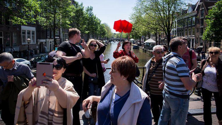 Paraplu omhoog en praten maar op de Oudezijds Achterburgwal, het gebeurt nog dagelijks Beeld Rink Hof