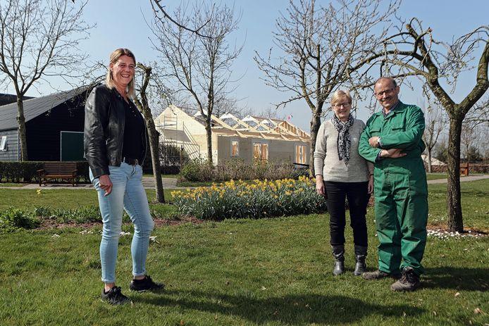 Vlnr: Susan van Laarhoven en het echtpaar Ria en Cees Antens op het terrein van zorgboerderij de Meeshoeve.
